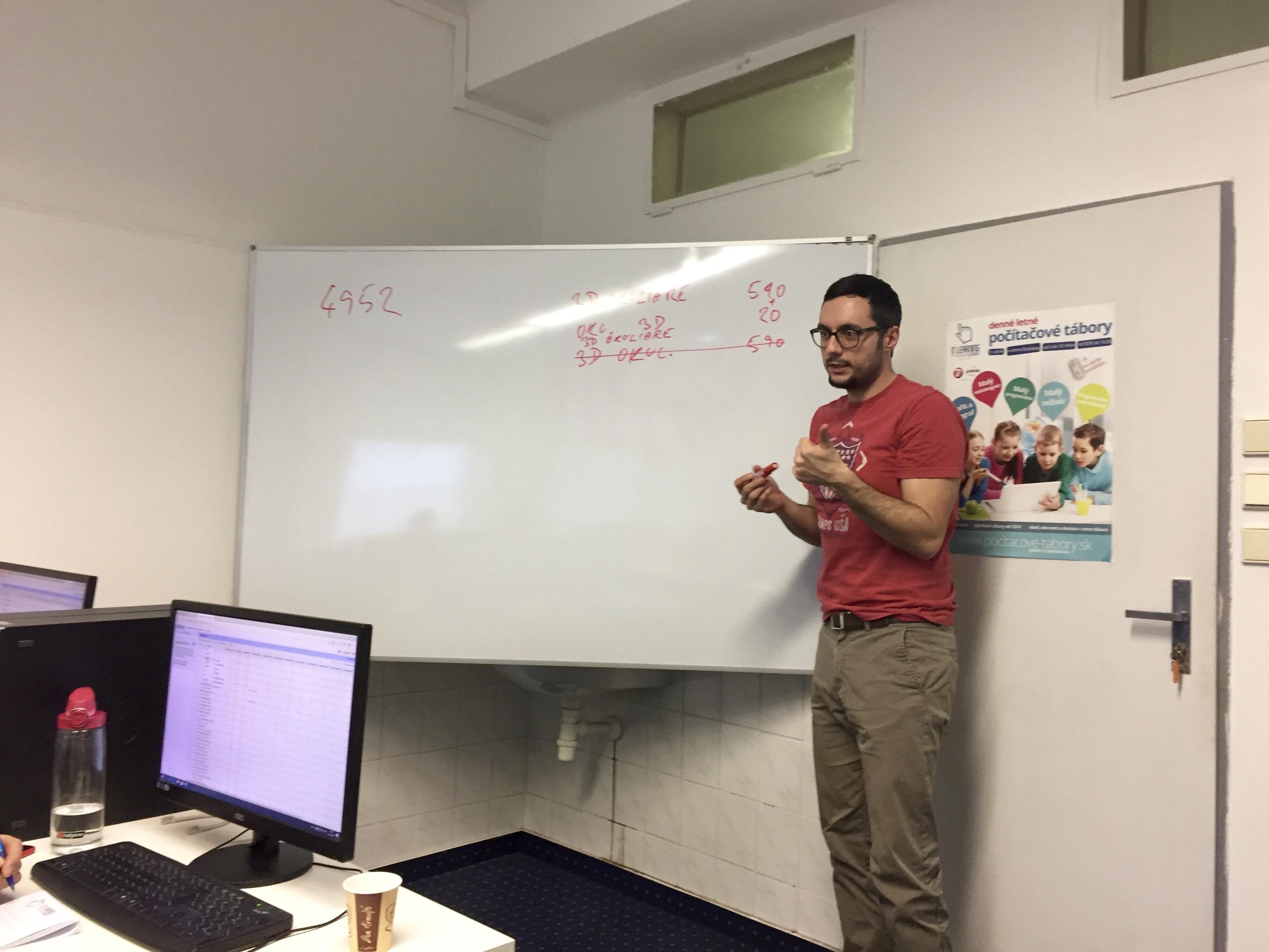 Tibor Peták vysvetľuje na kurze SEO workshop
