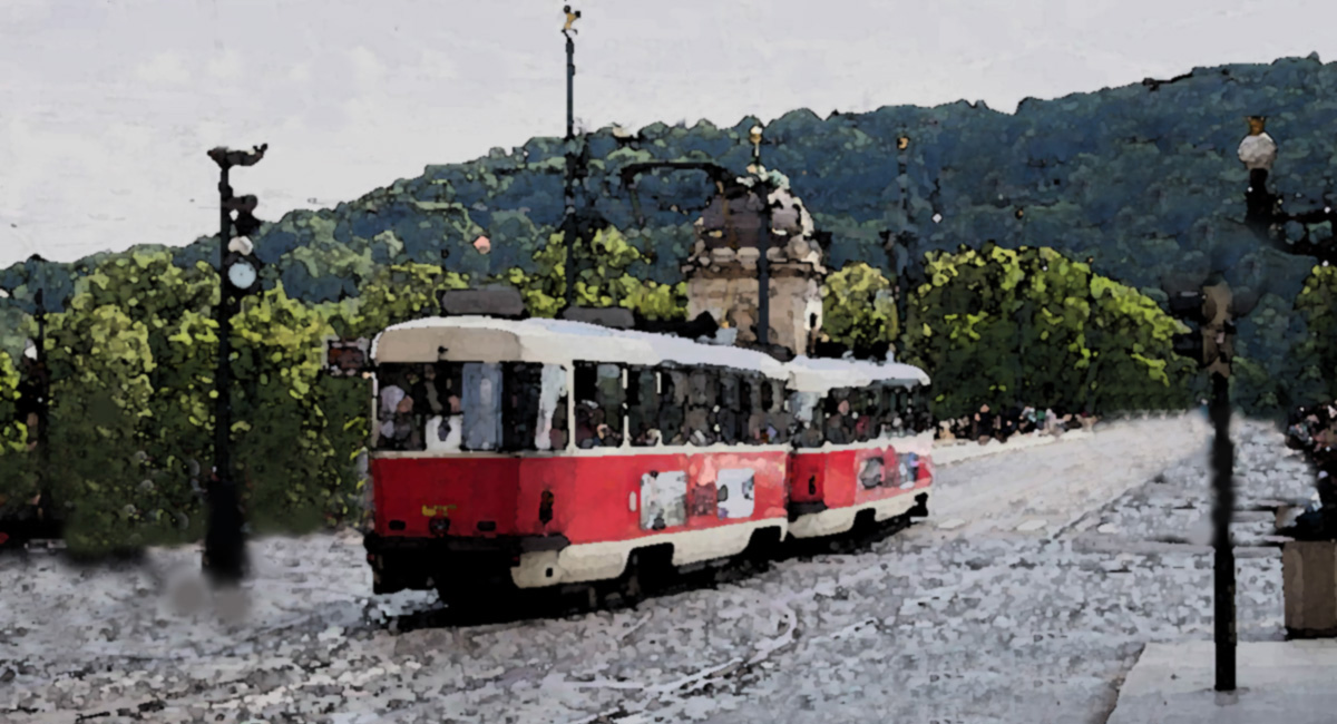 stará električka v Prahe na moste počas dažďa