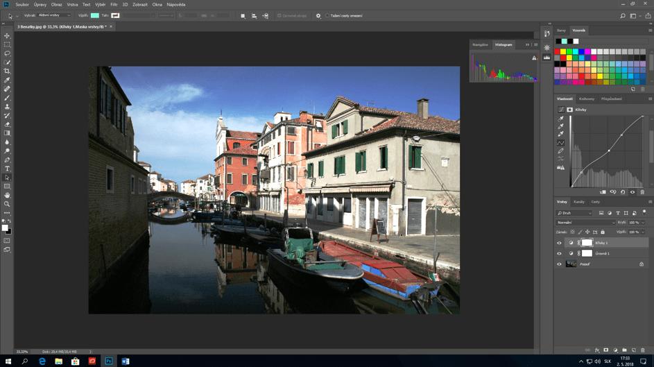 Fotka rieky a budov po uprave kontrastu vo Photoshope