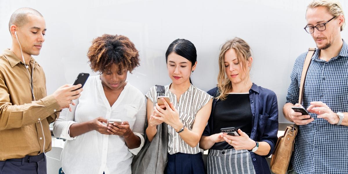 Typy ľudí - ludi s telefonom v ruke