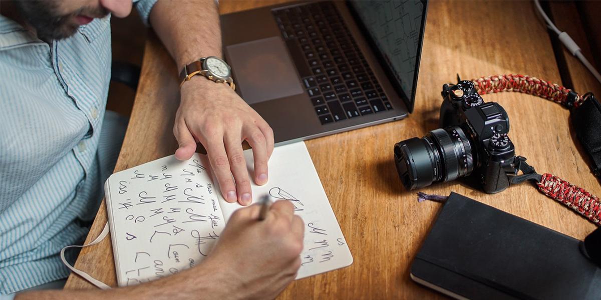 ako spraviť logo - designer pri tvorbe loga skúša rôzne tvary a nápady