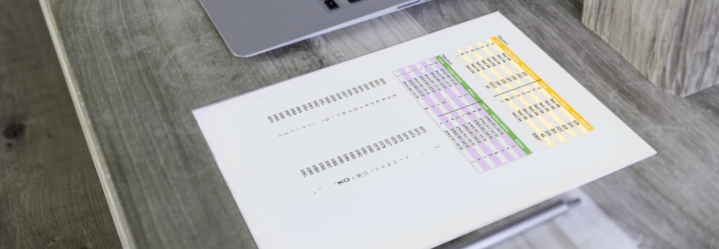 Klávesové skratky vytlačené na papieri vedľa počítača