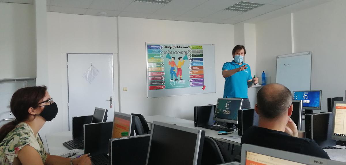 marketing a wordpress - lektor vysvetľuje použitie komunikačných kanálov v marketingu firmy