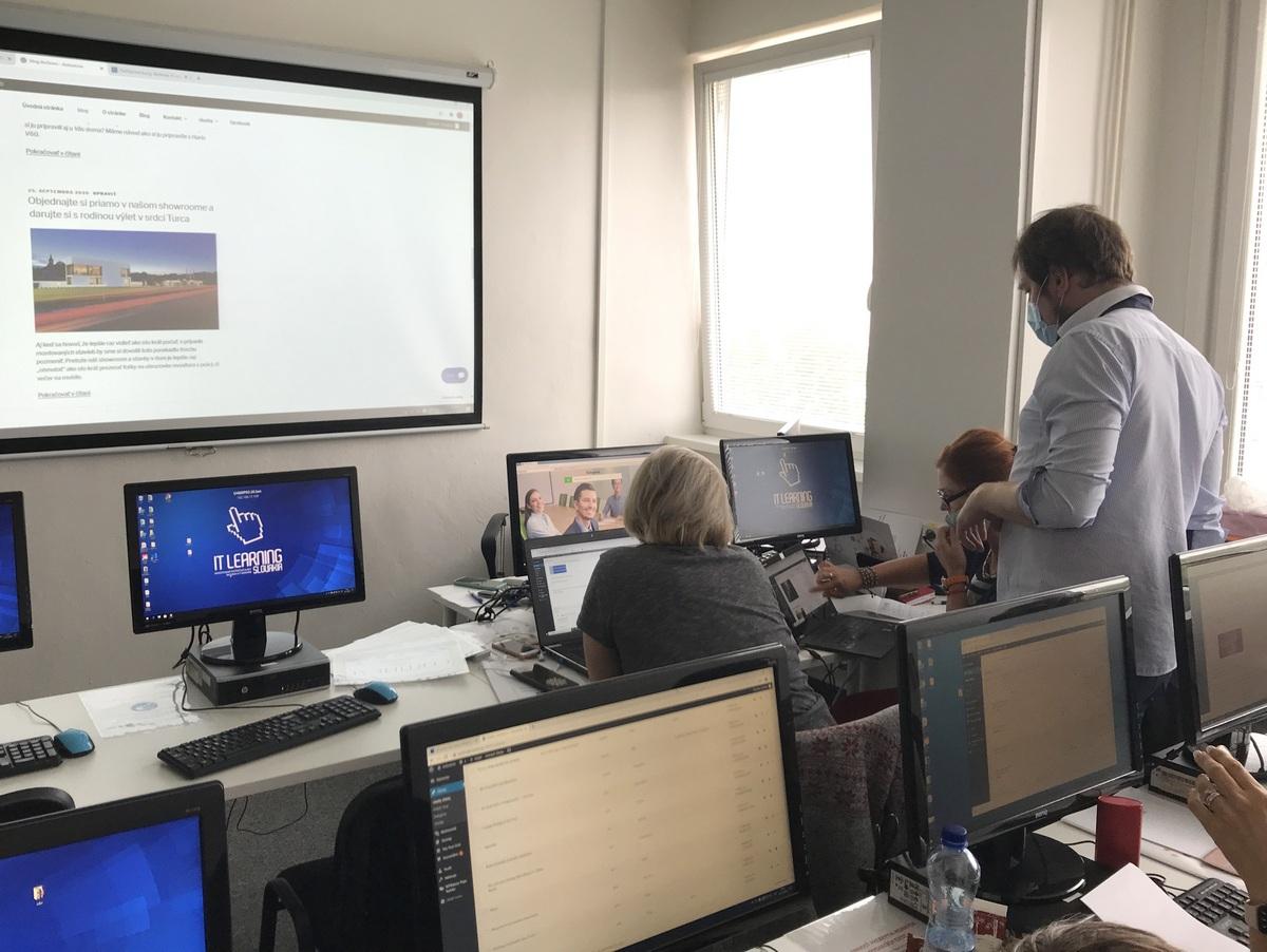 Lektor pomáha účastníkom s praktickou časťou kurzu