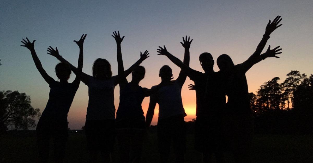 Silueta ľudí so zdvihnutými rukami