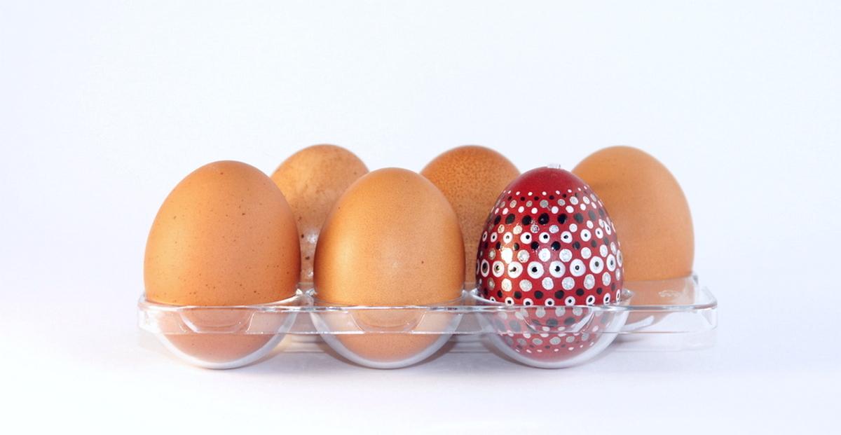 Päť obyčajných vajíčok a medzi nimi jedno farebné veľkonočné