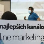 Plagát marketingových kanálov s lektorom v pozadí