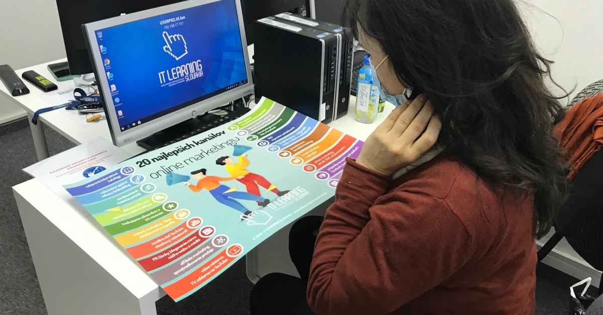 Účastníčka kurzu si pozerá plagát s marketingovými kanálmi