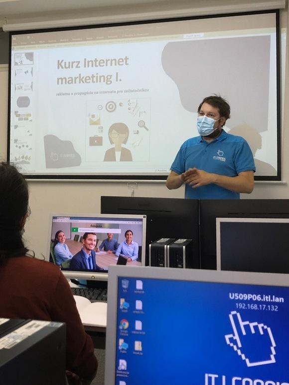 Lektor uvádza kurz Internet marketing