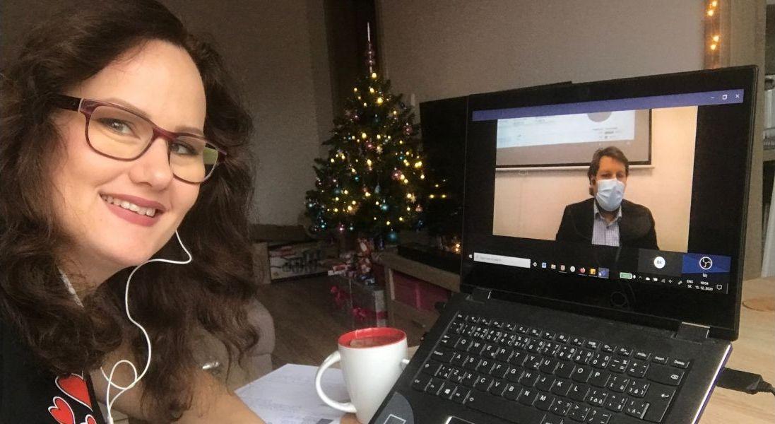 Testerka kurzu počas online výučby, s lektorom na obrazovke.
