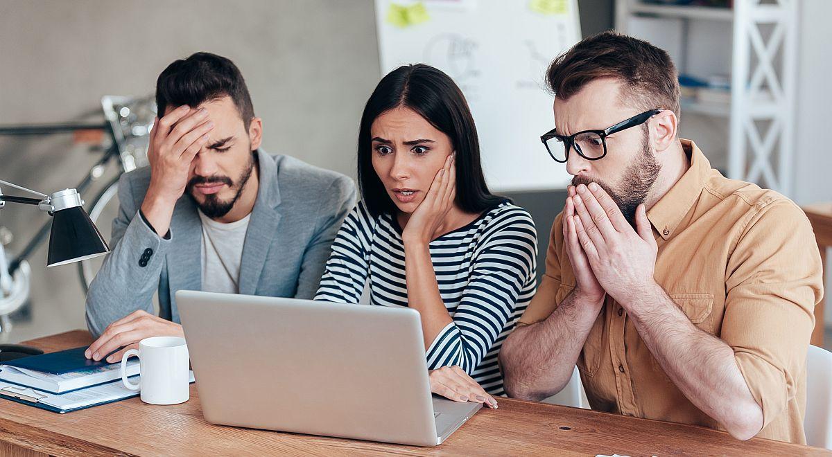 vystrašená trojica mladých ľudí pri pohľade na obrazovku notebooku